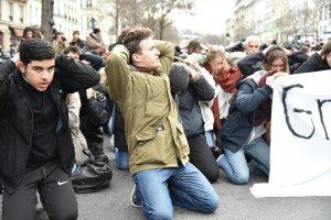 Paris'te lise öğrencileri yeniden sokaklarda