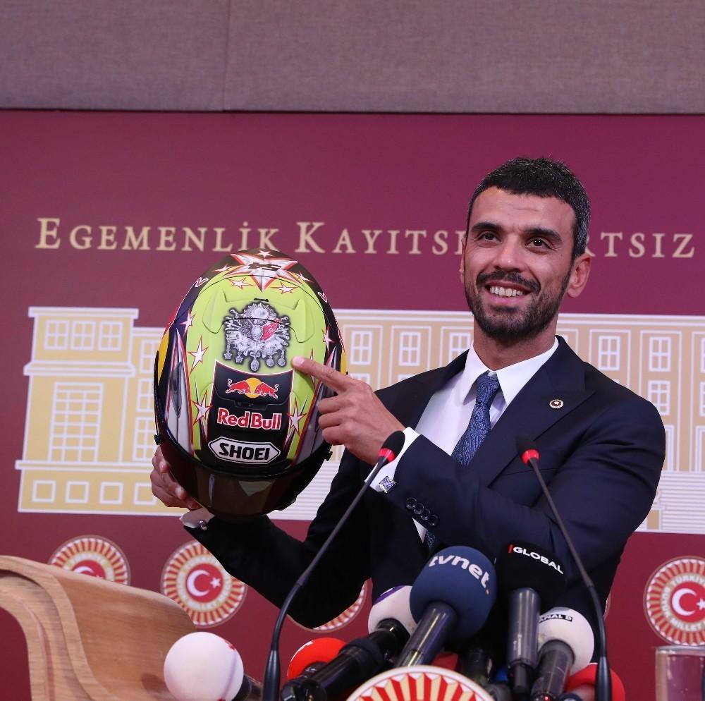 Kenan Sofuoğlu hayatını kurtaran kaskını Yeşilay'a bağışladı