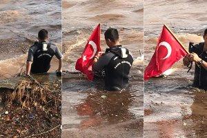 Bayrağı çamurun içinde bırakmadılar