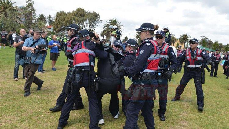 Avustralya'da karşıt gruplar arasında gerginlik