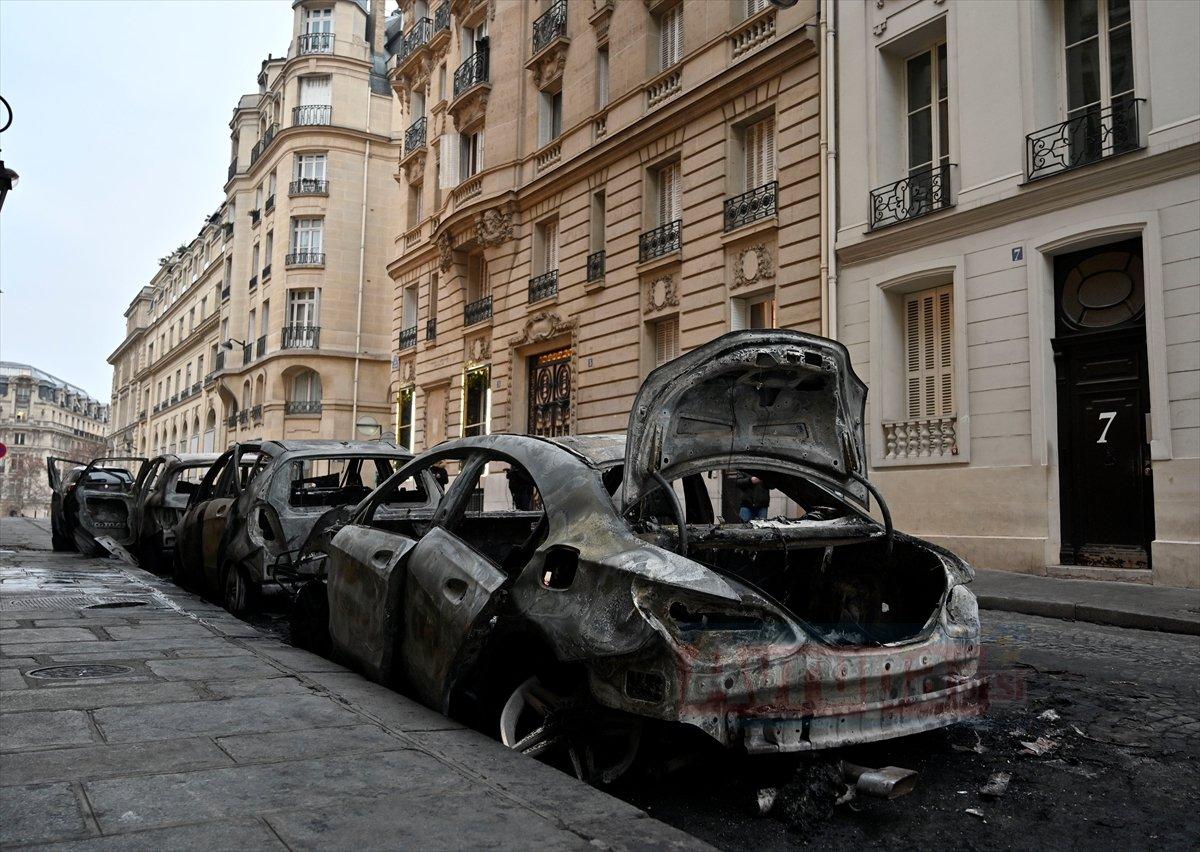 Sarı yelekliler Paris sokaklarında arabaları yaktılar