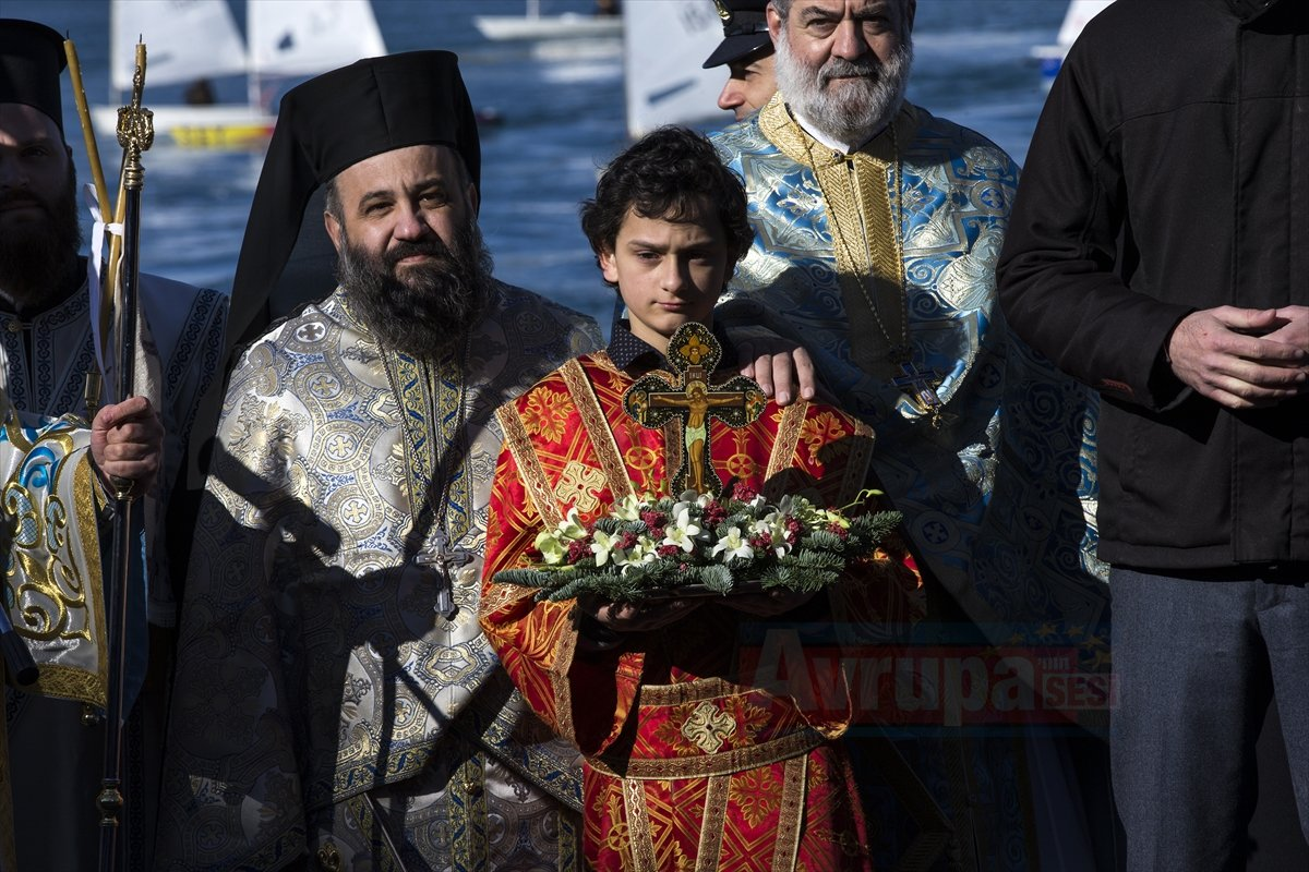 Yunanistan'da denizden haç çıkarma tören