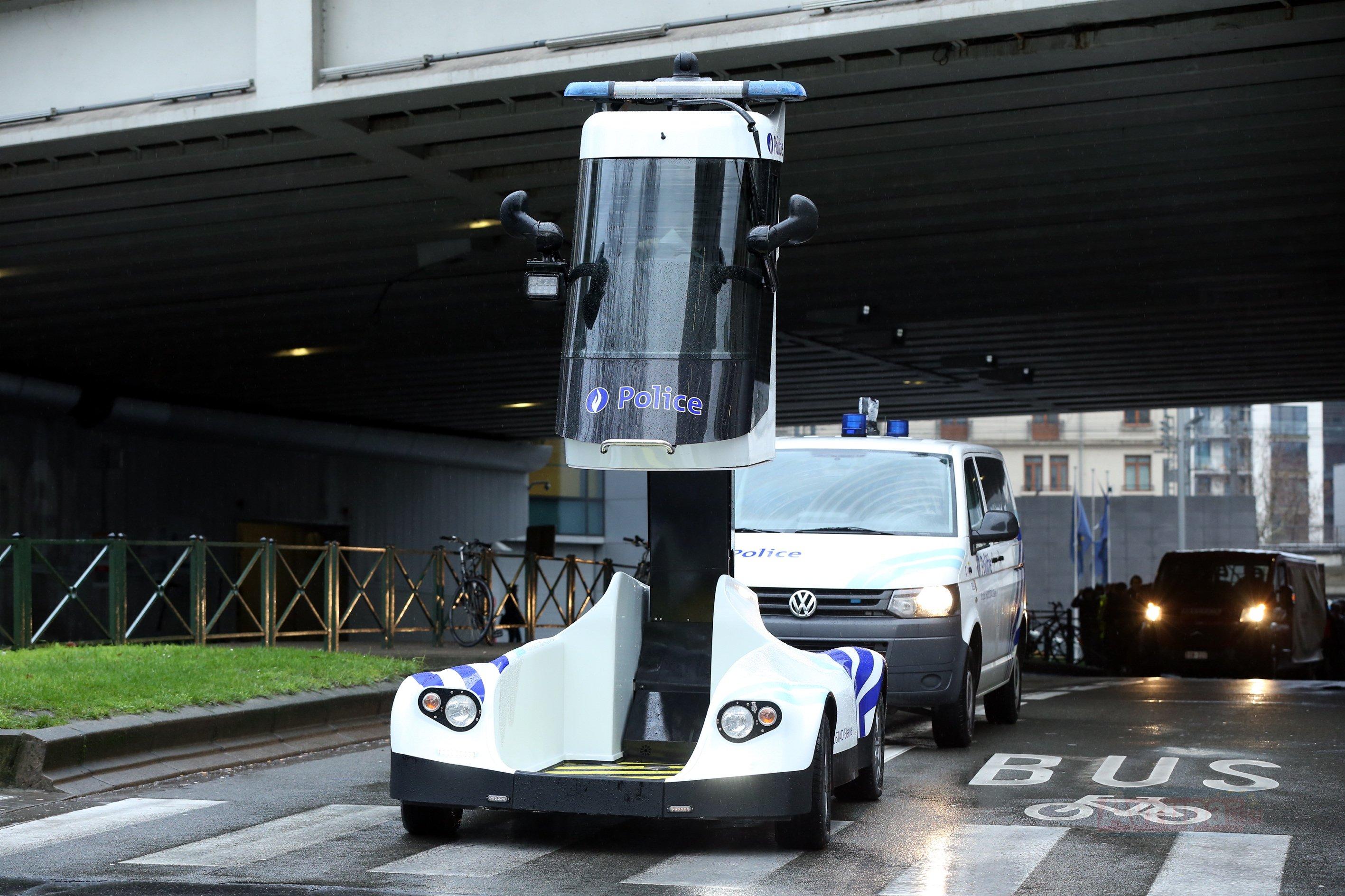 Protestoyu takip eden polis aracı tasarımıyla ilgi odağı oldu