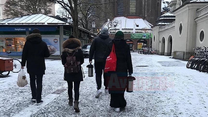 Almanya'da Türk gençleri evsizlere çorba dağıttı