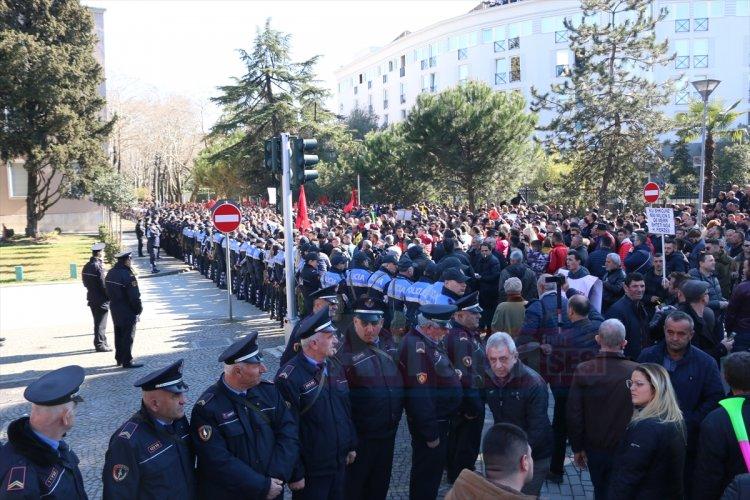 Tiran'da hükümet karıştı
