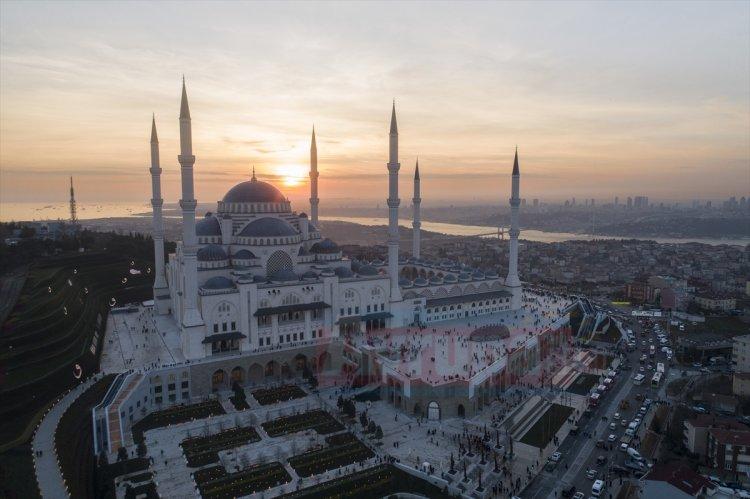 Dünyanın en büyük alemine sahip Çamlıca Camisi'nde bu sabah ilk ezan okundu