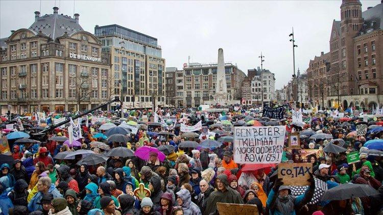 Hollanda'nın başkenti Amsterdam'da protestoya katılım yoğundu