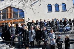 İsveçlilerden cuma namazını kılan Müslümanlar için insan zinci
