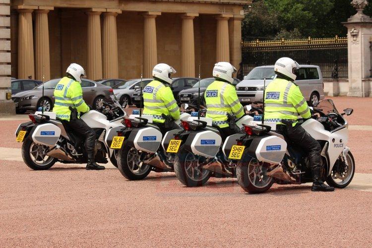 Londra polisi cuma namazında camileri korumaya devam edecek