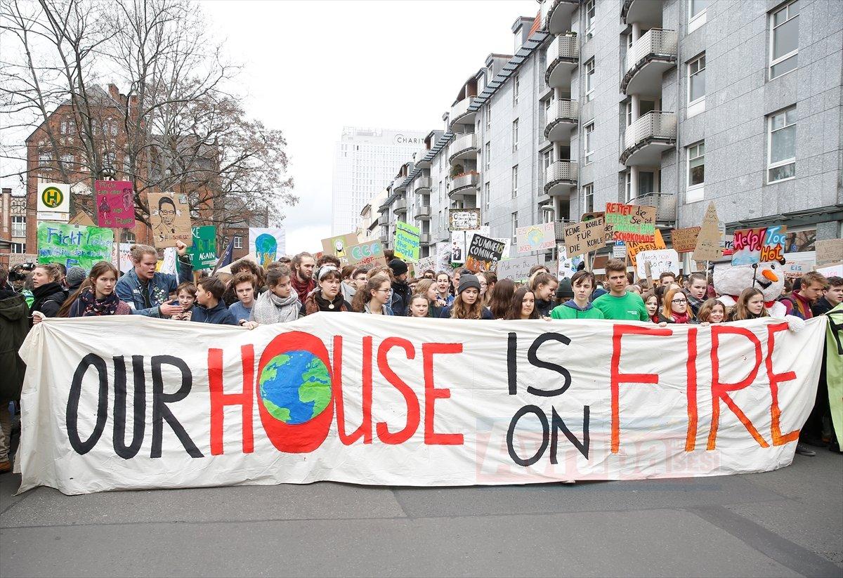 Başkan Berlin'de öğrenciler hükümeti protestos etti