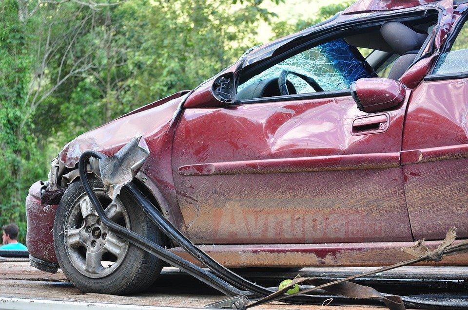 Kazada ağır yaralanan kadının polisten