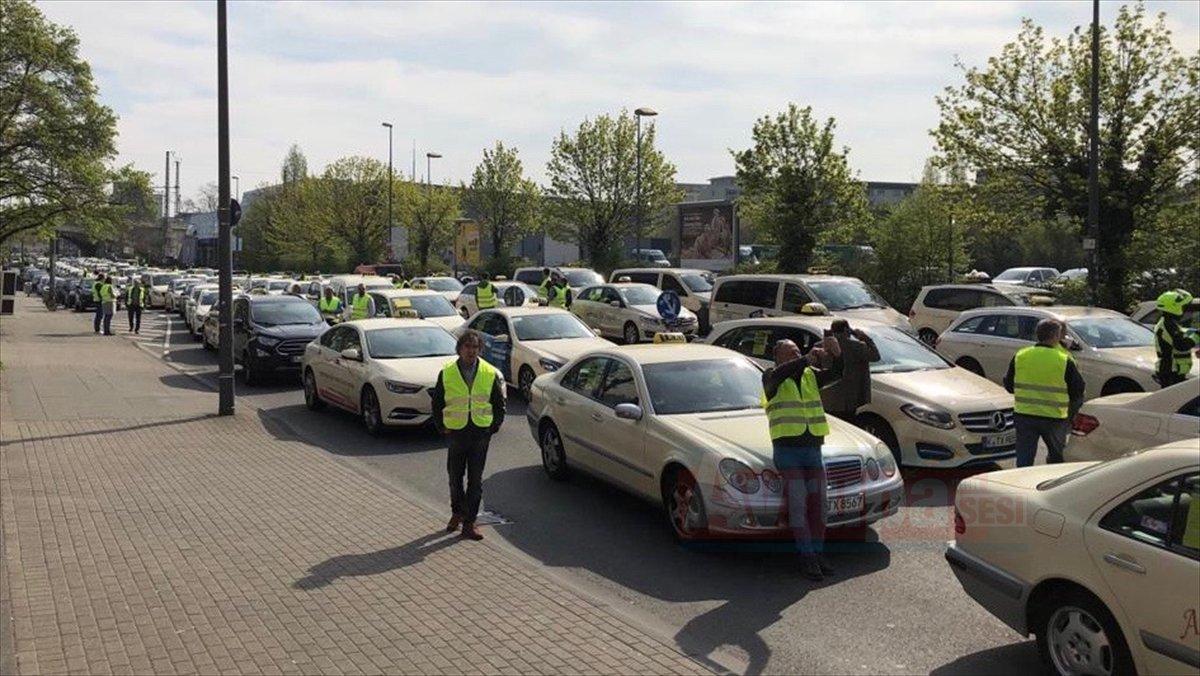 Almanya'da taksiciler Uber karşıtı gösteri yaptı