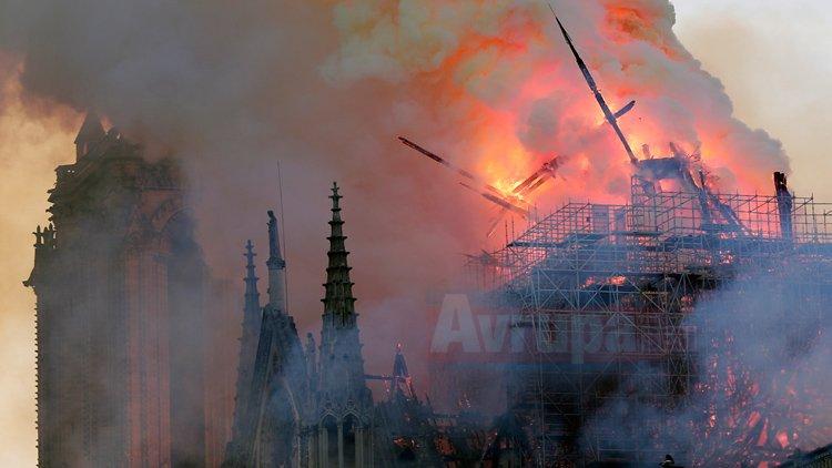 Paris'te Notre Dame Katedrali'nde yangın gittikçe büyüyor