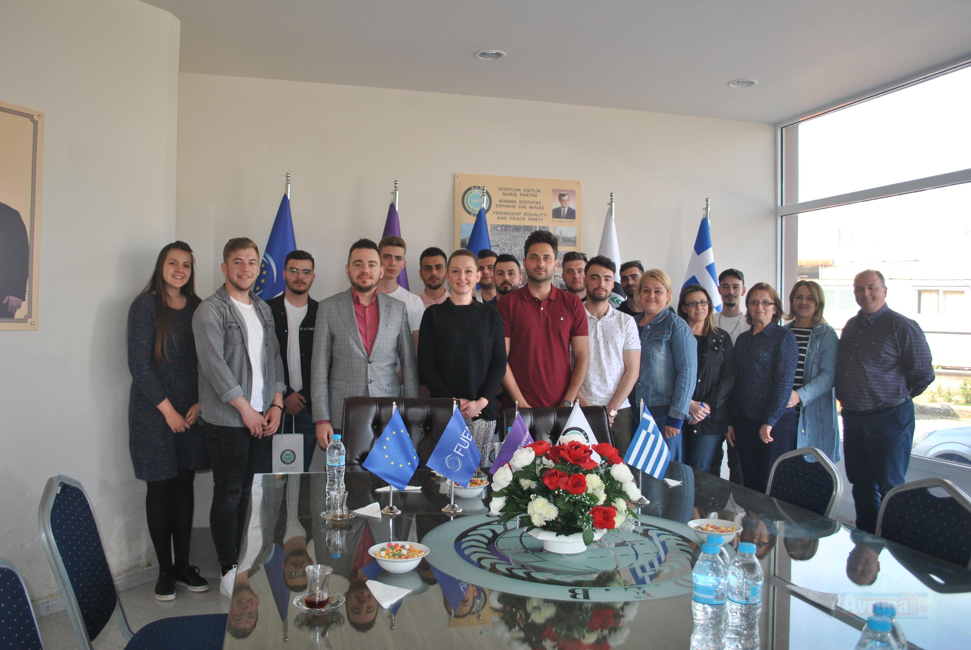 Yassıköy gençleri DEB Partisi'ni ziyaret ettiler