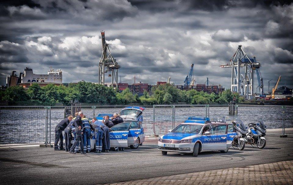 Alman polisinden Müslüman gençlere terörist muamelesi