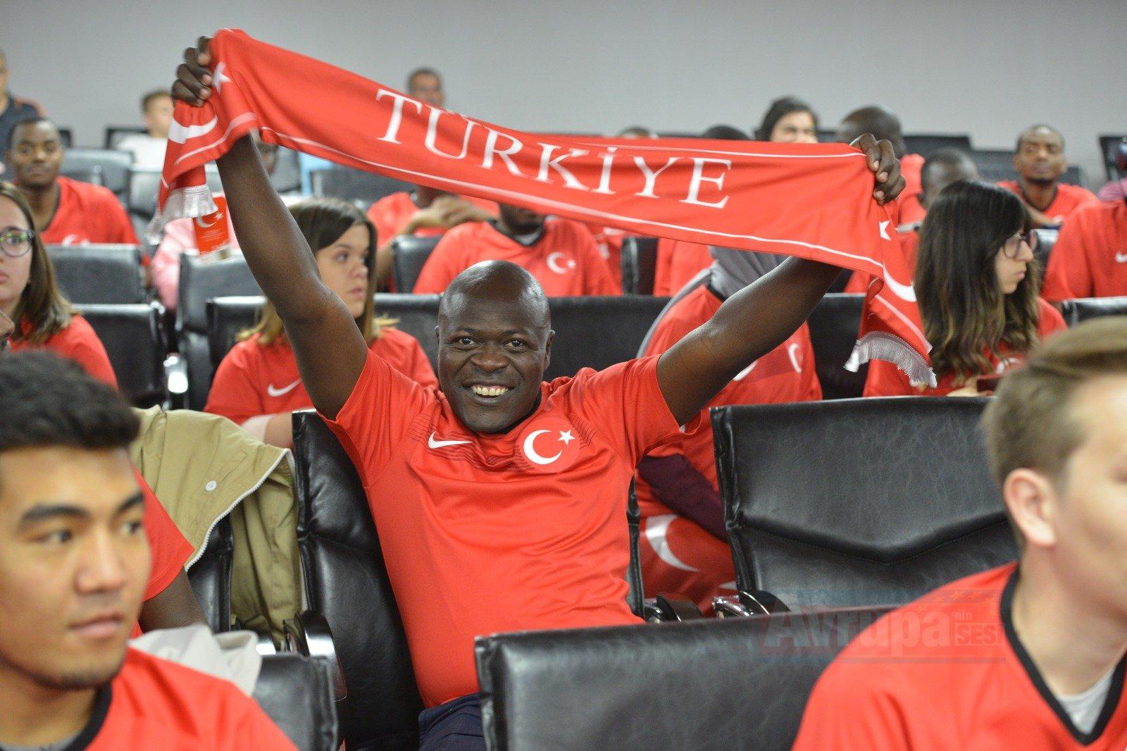 ''Dünyanın dört bir tarafında Türkiye'yi sevenler ve ümitle takip edenler var''