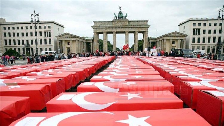 15 Temmuz şehitleri Türk bayrağına sarılı anıldı
