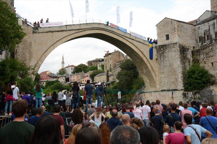 453. Geleneksel Mostar Köprüsü Atlayışları