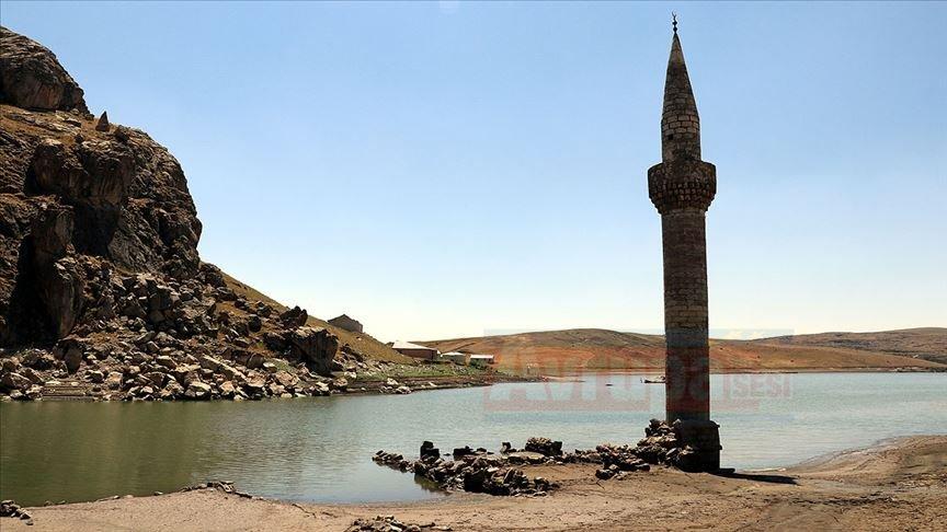 Yazıcı Barajı'nda sular çekilince eski köy yeniden göründü