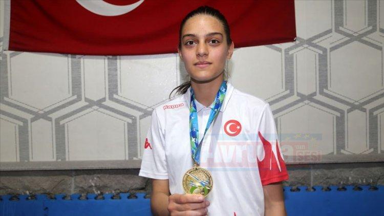 14 yaşındaki Zehra yaz tatilinde başladığı sporda dünya şampiyonu oldu