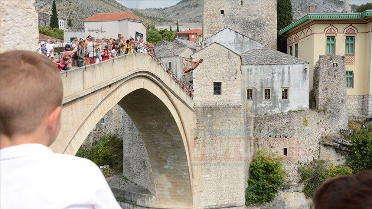 Srebrenitsa kurbanları için Mostar şehrinde anma yürüyüşü