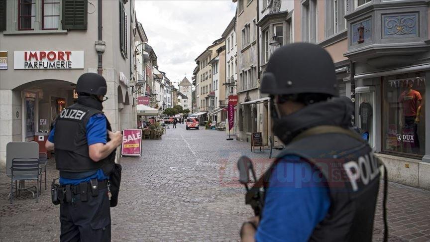 Almanya'da 'Çeşitliliği Destekle' etkinliğinde bıçaklı bir kişi görevli Müslüman kadınlarına  saldır