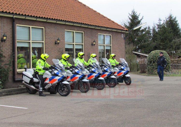 Hollanda'da polis ayakkabıları ve köpeği ile camiye girdi