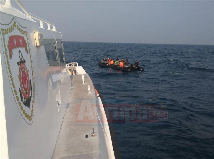 Denizde sürüklenen bottaki 28 düzensiz göçmen kurtarıldı