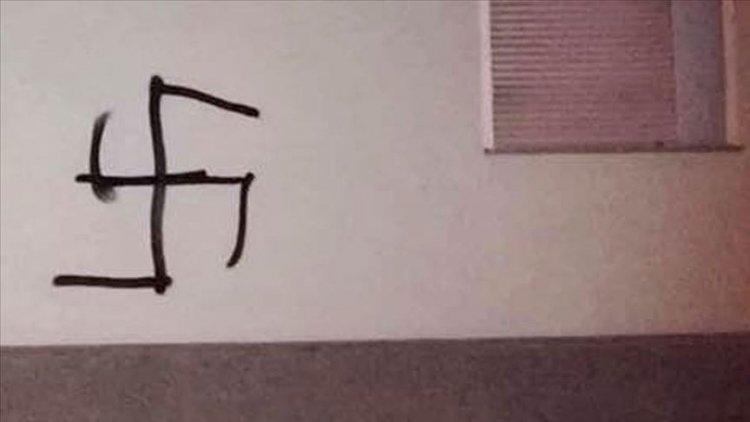 Londra'da polis karakolunun duvarına gamalı haç çizildiği ortaya çıktı