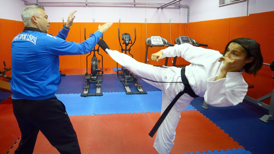 Lisesi öğrencisi Sena 'ju jitsu'da dünya şampiyonu oldu