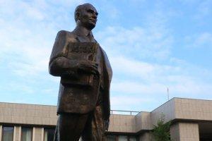 Üsküp Büyükelçiliği konutu önüne Atatürk heykeli dikildi