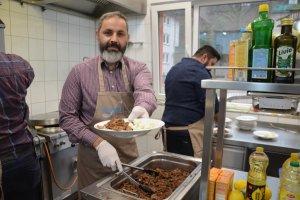 UID Hagen teşkilatından evsizlere ve kimsesizlere sıcak yemek ikramı