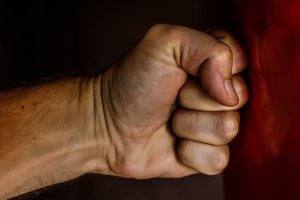 Alkol bağımlısı erkekler daha çok şiddet uyguluyor