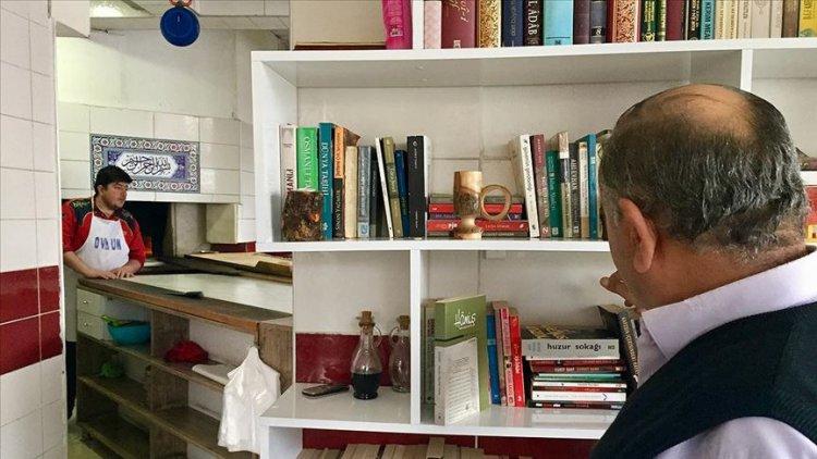 Müşterilerin kitap okuyarak sıra beklediği fırın
