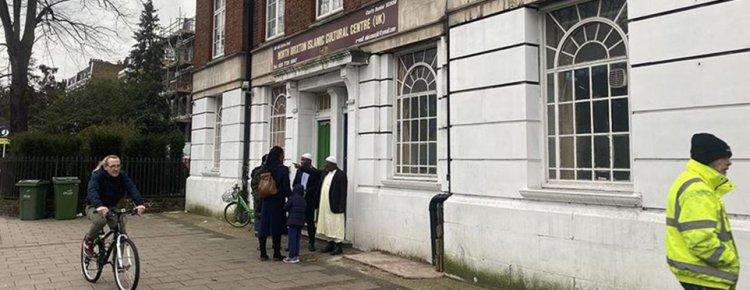 Londra'da cami yakınındaki binanın duvarına İslam karşıtı sloganlara soruşturma