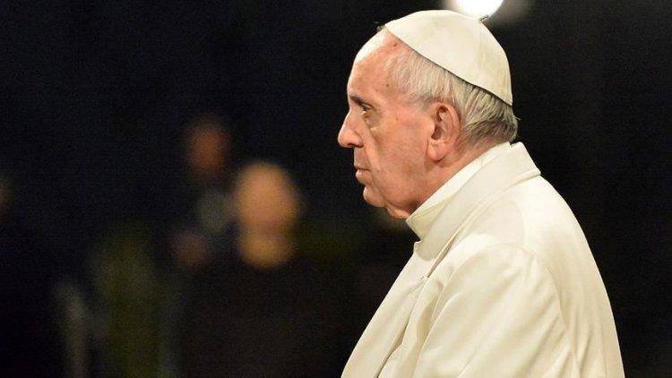Papa Franciscus'tan elini bırakmayan kadına sert tepki