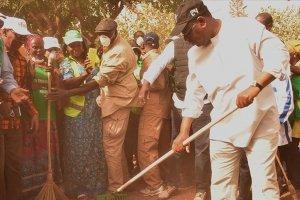 Senegal Cumhurbaşkanı elinde süpürgeyle sokak temizledi