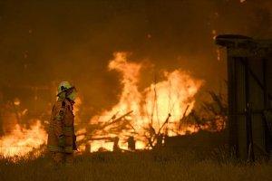 Avustralya'da kuvvetli rüzgar yangınların riskini artırıyor