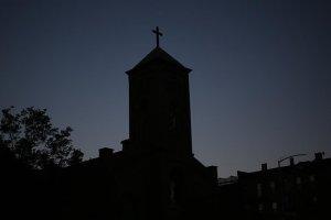Fransa'da cinsel istismarda bulunduğunu kabul eden papaz kiliseyi suçladı