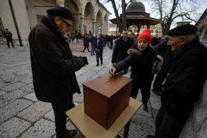 Bosna'da Cuma namazı öncesi  Türkiye'deki depremzedelere yardım