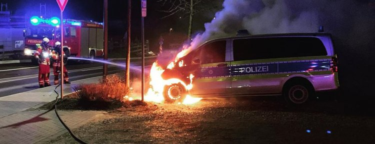 Polis aracı alevler içinde yandı