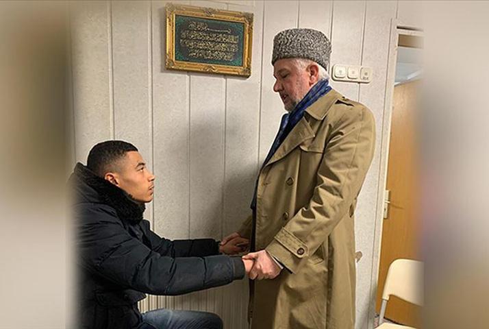 Hanau'da Pieter saldırganın kurşunu bittiği için hayatta kaldığını söyledi ve Müslüman oldu