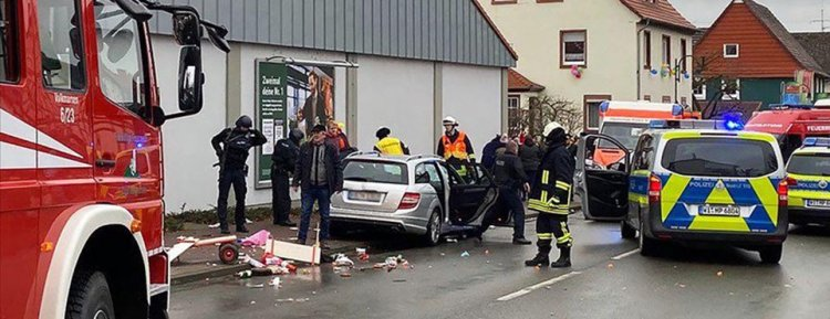Almanya'da karnaval geçidi bir araç kalabalığın içine girdi