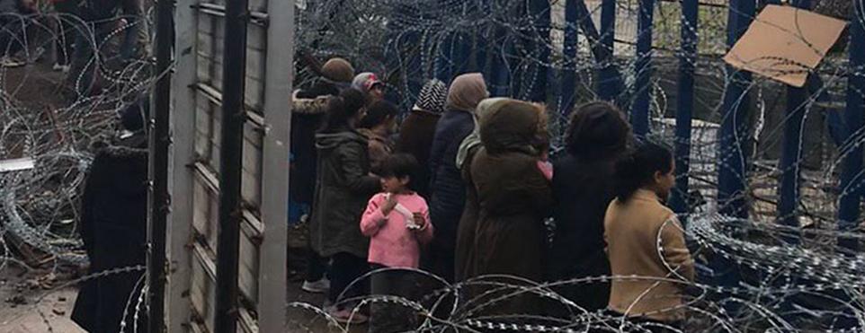 Sığınmacı kadın ve çocuklar Yunan sınır kapısı önünde eylem yaptı