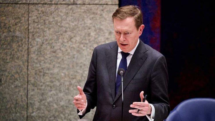 Hollanda Sağlık Bakanı Kovid-19 oturumunda bayıldı