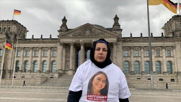 Maide T, kızı Nilüfer'in fotoğrafı bulunan tişört giyerek Federal Meclis önüne geldi