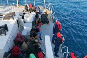 Yunan askerleri mültecileri bir can salına bindirilerek denize ittiler