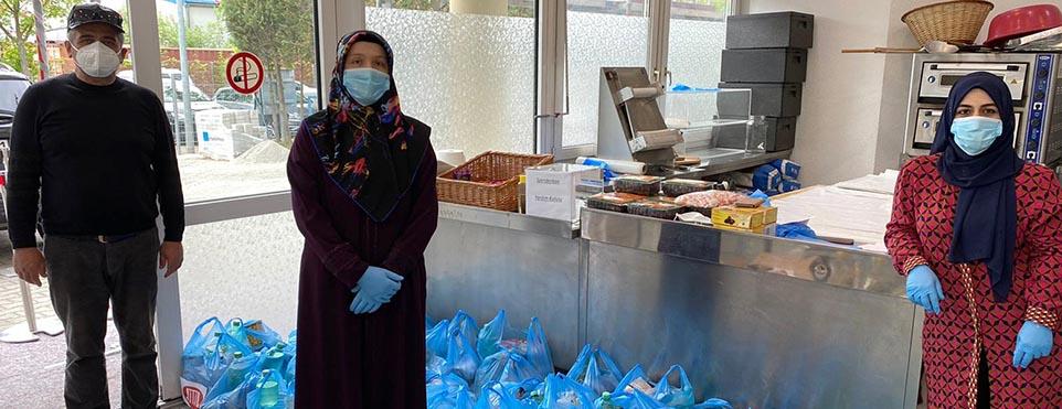 DİTİB camisinde kurulan hayır marketinde ihtiyaç sahiplerine iftar paketi dağıtıyor