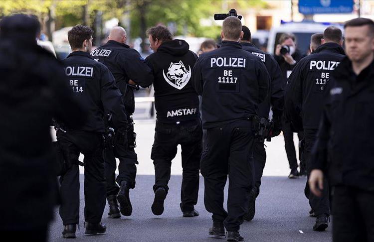 Almanya'da Koronavirüs kısıtlamalarını protesto edenlere polis müdahalede bulundu