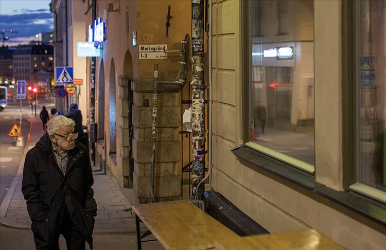 İsveç'te huzurevlerinde Koronavirüz hastası yaşlılar ölüme terk ediliyor